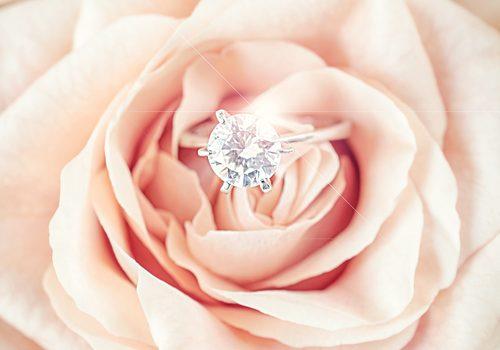 贈れなかった婚約指輪は結婚記念日にサプライズでプレゼントしよう