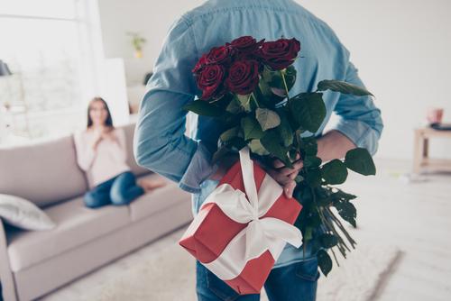 妻への結婚記念日のプレゼントはどうやって渡す?