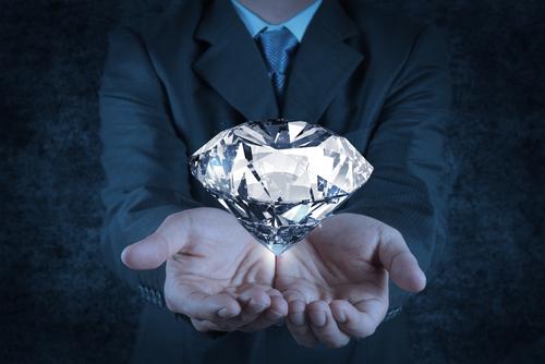 結婚記念日のジュエリーは、ダイヤモンドのみでプレゼントしよう