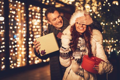 クリスマス_クリスマスプレゼント_サプライズ_カップル_恋人_夫婦_妻