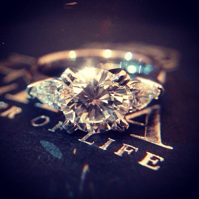 1カラットのダイヤモンドをまとった婚約指輪。