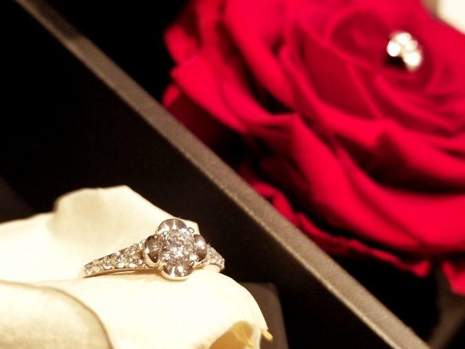 EIKA_エンゲージリング_婚約指輪_レビュー_MC1007_ダイヤモンドリング_レビュー_ディスプレイ_フラワージュエリー