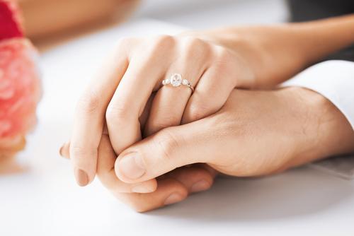 婚約指輪_ダイヤモンド_手