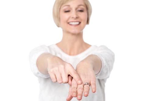 中年女性_婚約指輪_指