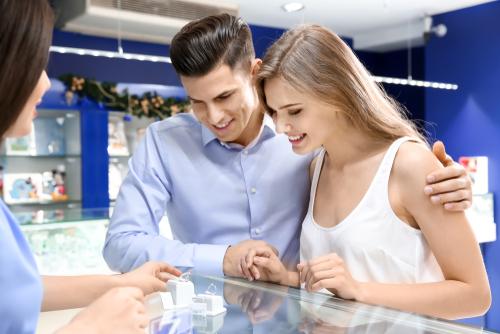 婚約指輪_デザイン_選ぶ_カップル
