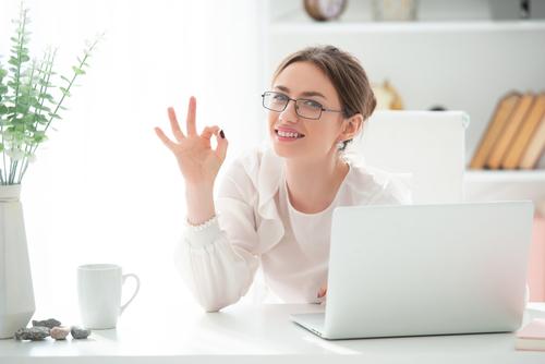 女性_オンライン_パソコン