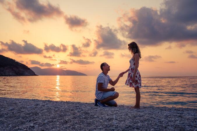 海デートを楽しむカップル
