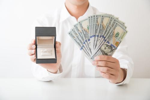 婚約指輪の予算や相場とお金